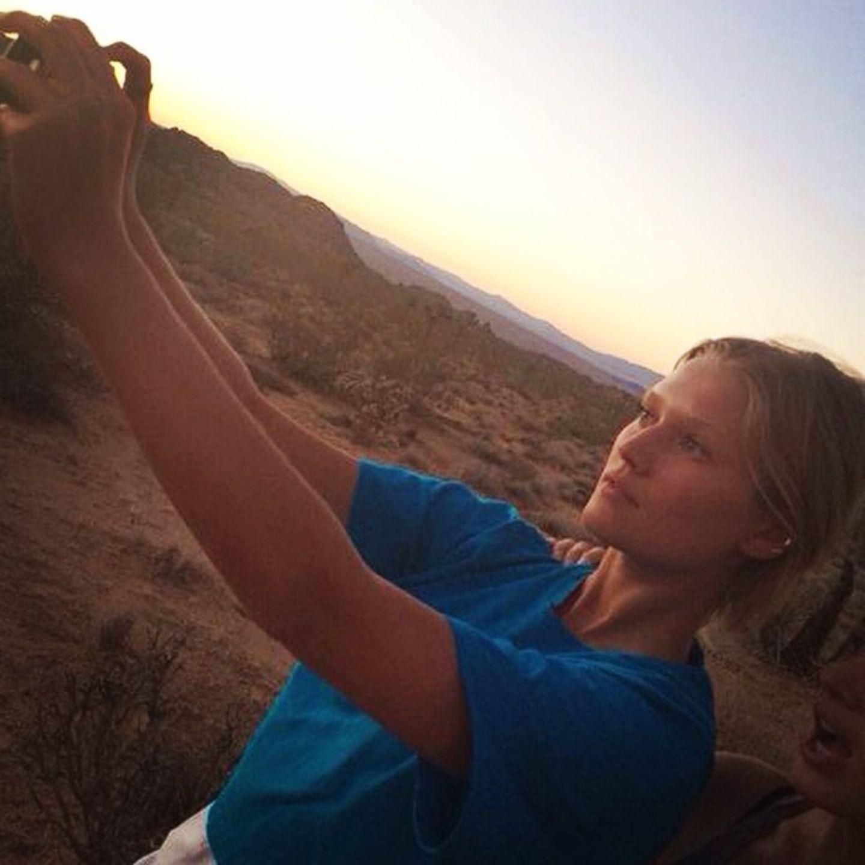 """Toni Garrn macht ein Selfie im """"Joshua Tree National Park""""."""