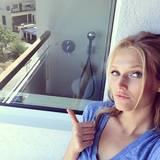 Die Hamburgerin freut sich in ihrem mallorquinischen Hotelzimmer über eine Dusche im Freien.