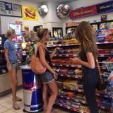 """Von wegen """"Detox Trip"""", in einem Kiosk kaufen die Mädels sich Süßigkeiten."""