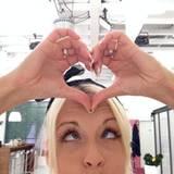 Mia Magma formt Herz und Kussmund für ihre Fans.