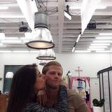 Ela Tas drückt Paul Janke einen Kuss auf die Wange