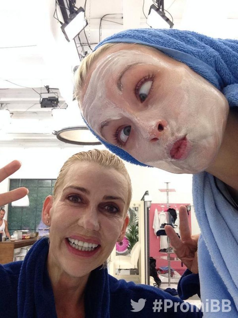 It's beauty time! Alexandra Rietz und Mia Magma machen sich schön für die Fernsehkameras.