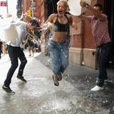 Rita Ora wird auf den Straßen von Manhattan mit Eiswasser übergossen.