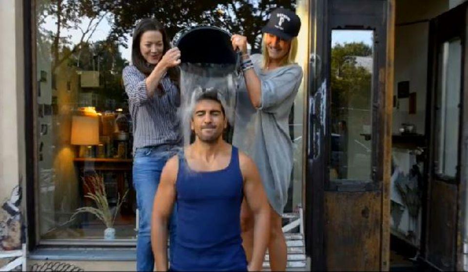 Hannah Herzsprung und Sarah Connor kippen Elyas M'Barek einen Eimer eiskaltes Wasser über.