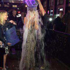 """#IceBucketChallenge: Endlich! Nachdem Heidi Klum von Sängerin Lena Meyer-Landrut, Designer Zac Poser und """"America's Got Talent""""-Co-Jurorin Mel B nominiert wurde, tritt nun auch das Model zur """"Ice Bucket Challenge"""" an. Unter viel Gekreische bekommt sie gleich zwei Eimer voll Eiswasser über den Kopf! Hier geht's zum Video ."""