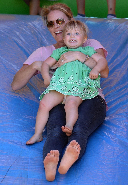 Und auf der Rutschte hatte sie mit ihrer Tante Autum Phillips mächtig viel Spaß.