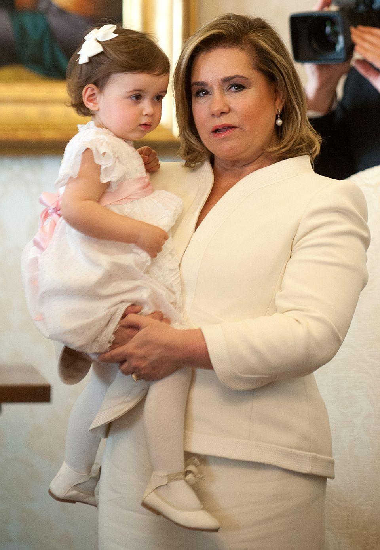 Die niedliche Mini-Prinzessin Amalia von Luxemburg darf auf dem Arm von ihrer Oma, Großherzogin Maria Teresa, in einem zuckersüßen weißen Kleidchen Papst Franziskus besuchen.