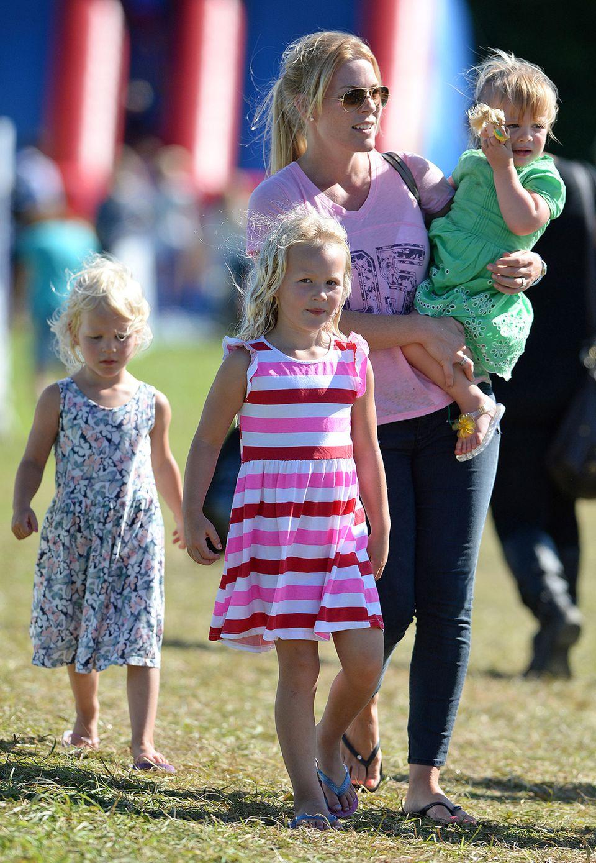 Und nicht nur Mia sah während des Sommer-Festivals besonders niedlich aus, auch Isla (l.) und Savannah Phillips, die Töchter von Autumn und Queen-Enkel Peter Phillips, zeigten sich in süßen Sommerkleidchen.