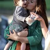 19: September 2012: Bear Blu besucht seine Mama Alicia Silverstone bei Dreharbeiten im New Yorker Central Park.