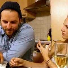 Anna beim Gespräch am Küchentisch mit Andreas.