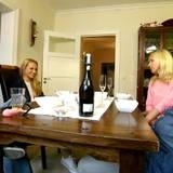 Anna tifft bei Thomas Zuhause auf seinen Bruder Philipp und dessen Frau Sandra.