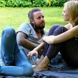 Anna und Tim machen es sich im Garten gemütlich.