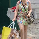 Sie liebt Mode, obwohl ihr Gegen-alle-Regeln-Stil ganz schön eigenwillig ist: Das Print-Minikleid beißt sich mit dem Muster der Tasche, die pinke Sonnenbrille mit den roten Schlappen - so geht Lena Dunham shoppen in New York.