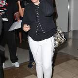 """Hatte Lena Dunham auf dem Flug kalte Füße und hat sich noch schnell ein Paar lachsfarbene Söckchen übergezogen? Am Flughafen von Los Angeles ist die erfolgreiche """"Girls""""-Macherin in einer ihrer unfassbaren Kombis unterwegs."""