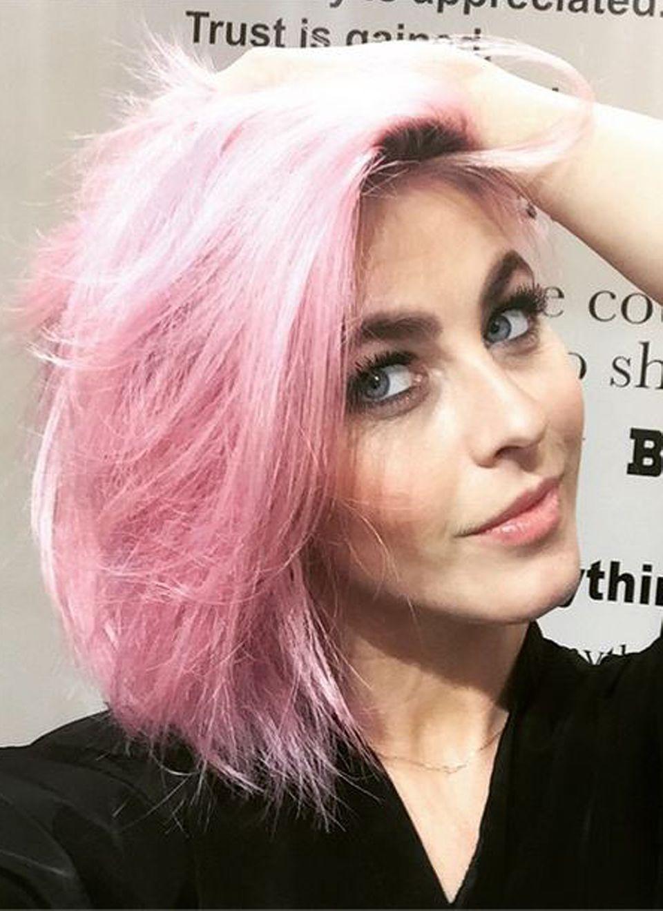 """Die einstige Blondine Julianne Hough hat sich richtig was getraut und ihr Haar Zuckerwattepink gefärbt. Passt zwar noch immer zum """"Everybody's Darling""""-Image der Schauspielerin, ist aber auch ein ganz schöner Hingucker."""