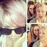 """Trendig oder trutschig? So richtig an knalliges Pink als Haarfarbe hat sich """"TBBT""""-Star Kaley Cuoco nicht getraut. Ihr blonder Bob schimmert jetzt rosa und irgendwie wirkt das eher unentschieden."""