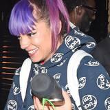 """Purple Rain: Das bekannte Lied von """"Prince"""" scheint Sängerin Lily Allen bei Wort genommen zu haben. Und weil ihr Lila so gut gefällt, entscheidet sich die 29-Jährige gleich für zwei Töne."""