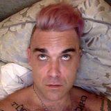 Das ist was schiefgelaufen. Pink war nicht die Farbe, die Robbie Williams für seine Haare geplant hatte, und mittlerweile dürften sie auch schon wieder anders aussehen. Seinen Instagram-Fans wollte er den Färbe-Unfall aber dennoch zeigen. Und den kleinen Scherz, dass seine Haare ebenso wie Bruce Jenner im Wandel steckten, konnte er sich auch nicht verkneifen.