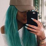 Kein Trend, der im Hause Kardashian-Jenner nicht umgesetzt wird. Das jüngste Mitglied, Kylie Jenner, hat sein überlanges Haar jetzt in leuchtendem Aquamarinblau gefärbt. Wem's gefällt...