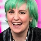 Lena Dunham ist bereits für ihre bunt gemixten Outfits bekannt. Nun kommt zusätzlich eine weitere Farbe durch ihr Haar ins Spiel. Durch das Grün, das der Serien-Star gewählt hat, schimmert noch ihr vorheriges Blond, sodass ein hellerer Ton entsteht.