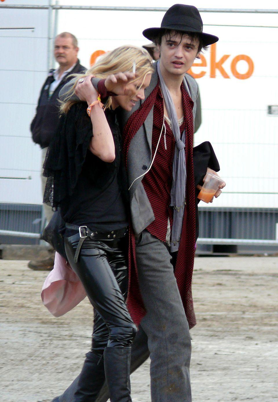 """Pete Doherty + Kate Moss  Eine stürmische Liebe ohne Happy End: """"Babyshambles""""-Rocker Pete Doherty und Kate Moss verlobten sich 2005. Wilde Partynächte und Drogenkonsum prägten die Beziehung, die im Sommer 2007 endete."""