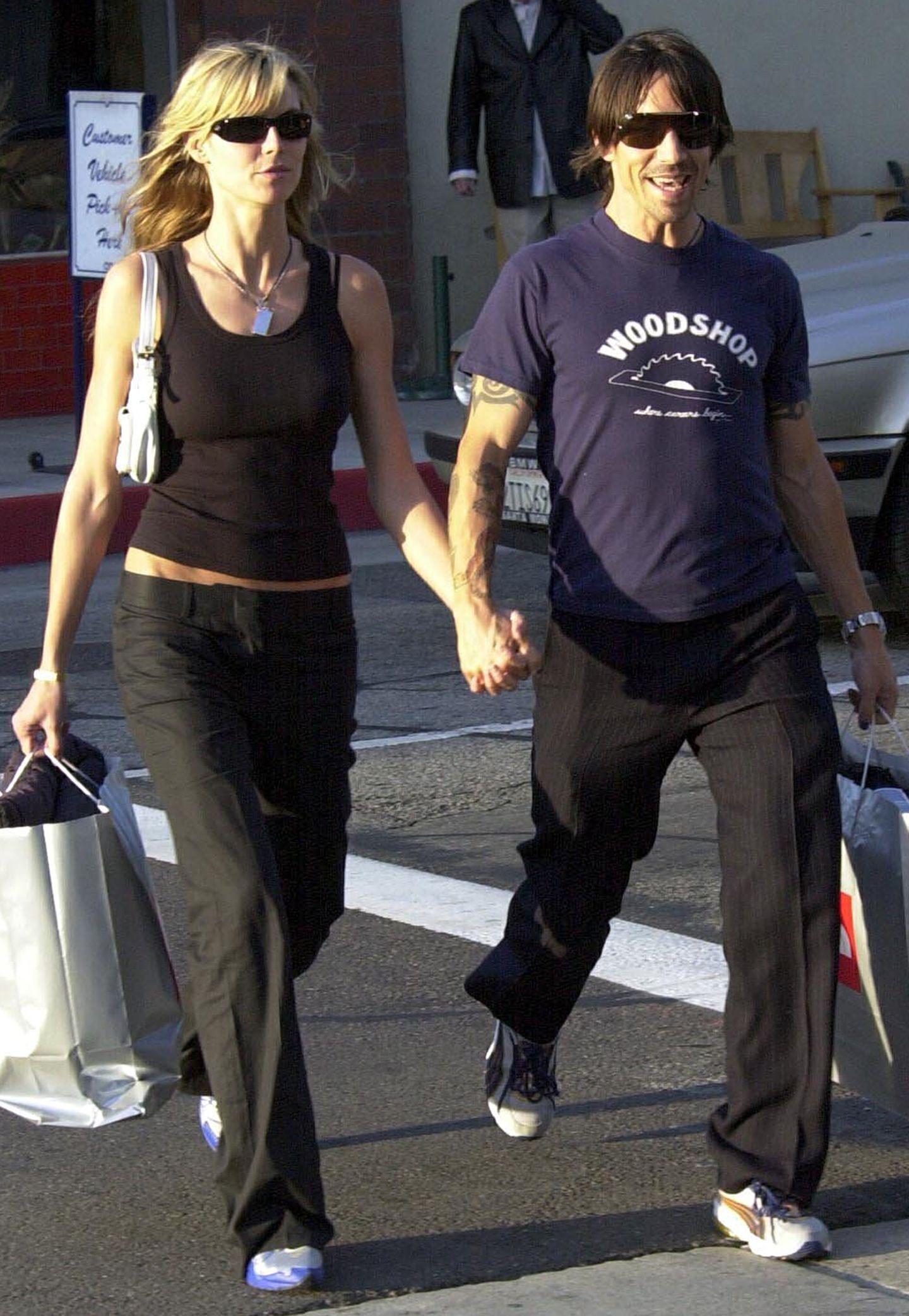 """Anthony Kiedis + Heidi Klum  Auch wenn der """"Red Hot Chili Peppers""""-Frontmann 2002 nur kurz mit Topmodel Heidi Klum lliert war, schwärmt Anthony Kiedis noch heute von ihr. Sie sei eine """"großartige, dynamische Person"""", so der Rocker. Sogar ihre Eltern Günther und Erna Klum habe er während ihrer kurzen Beziehung kennengelernt."""
