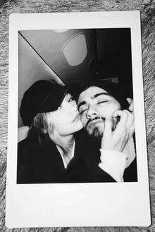 """Kurz vor Weihnachten machen Gigi Hadid und """"One Direction""""-Aussteiger Zayn Malik ihre Liebe mit diesem Instagram-Foto offiziell. Bleibt nur zu hoffen, dass das Model mehr Glück mit dem Sänger hat, als ihre Vorgängerin. Erst im August trennte sich Zayn von seiner langjährigen Freundin Perrie Edwards. Ganz plötzlich. Angeblich über eine Textmessage. Und dabei waren die zwei sogar verlobt. Ein Bad Boy soll er aber schon während ihrer Beziehung gewesen sein und sie öfter einmal betrogen haben."""