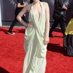 """Jessie J flattert anmutig mit einer griechisch anmutenden """"Vintage Halston""""-Kleid auf den Roten Teppich der VMAs."""