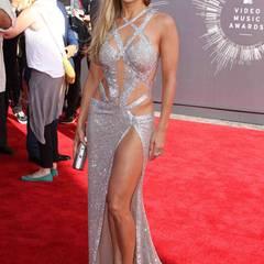 """Definitiv mehr Haut als Stoff zeigt uns Jennifer Lopez bei ihrem Auftritt in der interessant gestrickten Robe von Charbel Zoe. Silbriges i-Tüpfelchen sind die """"Tartini""""-Pumps von Jimmy Choo dazu."""