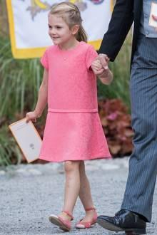 """Farblich auf Mama abgestimmt: Prinzessin Estelle verzückt in einem Sommerkleidchen des französischen Labels """"Tartine et Chocolat""""."""
