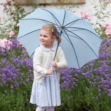 Estelle ist bestens aufgelegt - trotz des Regens. Sie hat schließlich einen Schirm dabei!