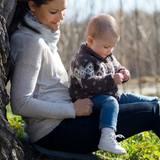 Die kuschelige Strickjacke im Norweger-Look und Jeans halten Prinzessin Estelle beim Herbstspaziergang mit Mama Victoria schön warm.