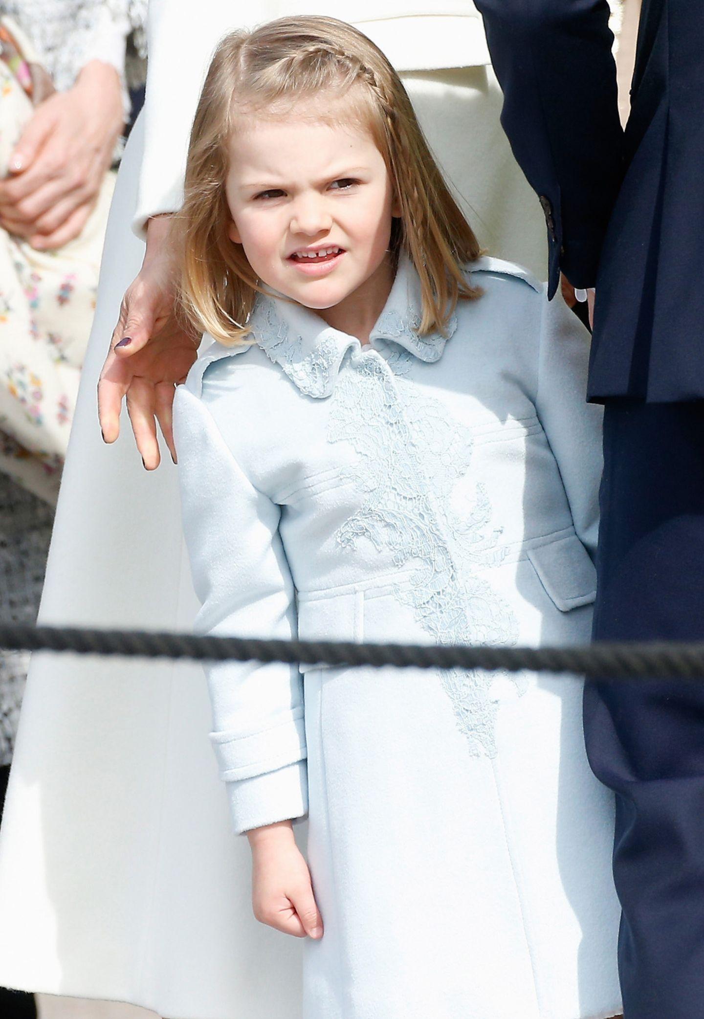 Zuckersüß: In einem pastellfarbenem Mäntelchen schaut sich Prinzessin Estelle nach den anderen Geburtstagsgästen um. Das obligatorische Schleifchen im Haar trägt sich bereits länger nicht mehr. Estelle ist ja schließlich schon eine ganz Große.