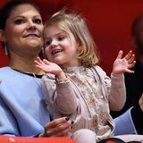 Mit gedeckten Rosa-Tönen, schon fast richtig langen Haaren und guter Laune bezaubert die kleine Prinzessin Estelle bei der Eiskunstlauf-Meisterschaft in Stockholm.