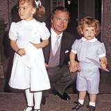Mit süßen fünf Jahren trug Prinzessin Victoria, hier 1982 neben ihrem Vater König Carl XVI Gustaf und Bruder Prinz Carl Philip, dieses niedliche Kleid schon.
