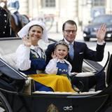Prinzessin Estelle von Schweden tut es ihrer Mutter gleich und winkt bei der Kutschfahrt dem Volk zu. Papa Prinz Daniel ist natürlich auch dabei, nur der kleine Prinz Oscar fehlt