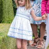 Ob Prinzessin Estelle wohl so grimmig guckt, weil sie einen Monat nach ihrer Cousine Leonore dieses Kleid tragen muss? Dabei sieht sie darin doch ebenso bezaubernd aus.