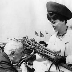 1963  Die italiensche Schauspielerin Gina Lollobrigida wird bei ihrer Ankunft in Venedig von Odoardo Spadaro in Empfang genommen.