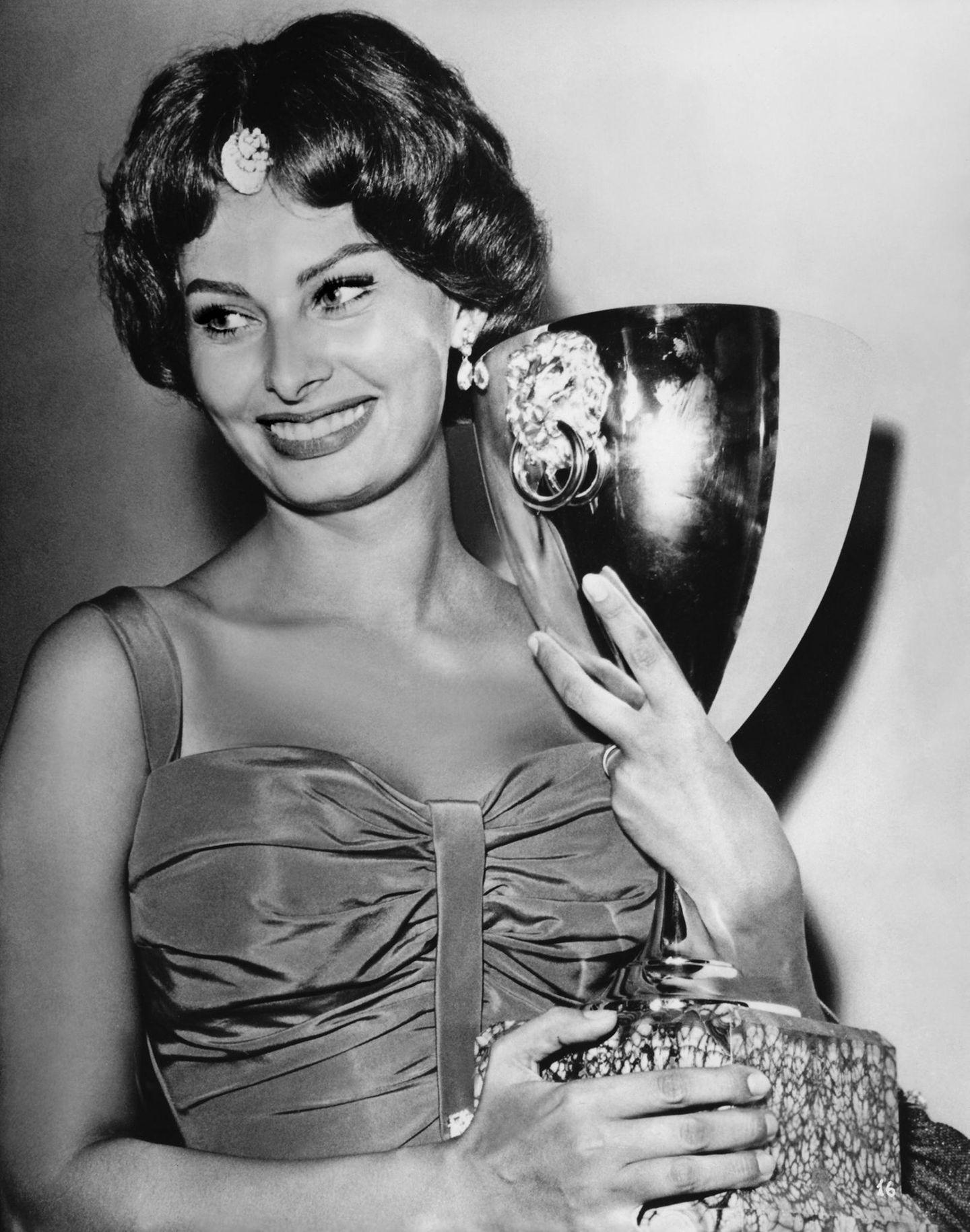 1958  Sophia Loren wird als Beste Schauspielerin und für ihr Lebnswerk geehrt.   Die Venedig Filmfestspiele im Rahmen der Biennale gehören zu den bedeutendsten internationalen Filmfestspielen und werden seit 1932 vergeben.