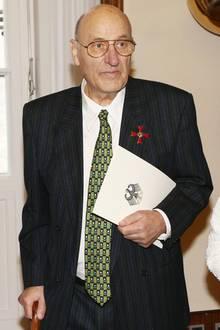 15. April 2013: Berlins Bürgermeister Klaus Wowereit ehrt den Schauspieler Manfred Krug mit dem Verdienstkreuz 1. Klasse der Bundesrepublik Deutschland.