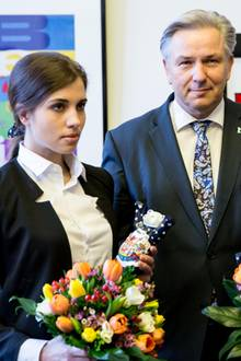 """11. Februar 2014: Berlins Bürgermeister Klaus Wowereit empfängt die """"Pussy Riot""""-Mitglieder Nadeschda Tolokonnikowa und Maria Aljochina im Roten Rathaus in Berlin."""