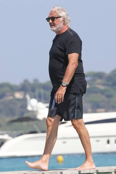 Im Famlienurlaub auf Saint Tropez zeichnet sich beim Ex-Formel-1-Manager Flavio Briatore ein kleiner Wohlstandbauch ab.