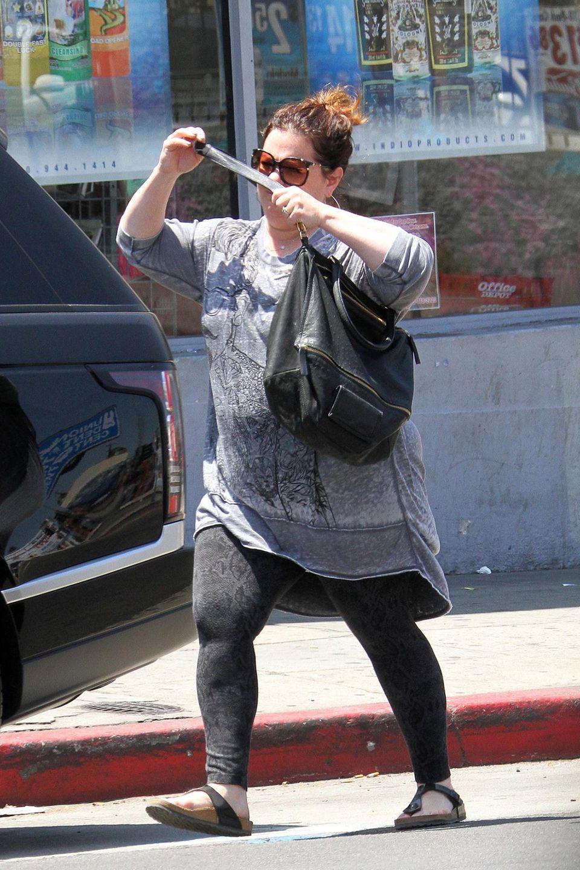Melissa McCarthy ist bekannt für ihre füllige Figur. Anfang des Jahres überraschte sie, als sie 25 Kilogramm abnahm - ihrer Tochter zuliebe. Jetzt sah man die Schauspielerin so auf dem Weg zum Shoppen.