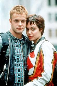 """Angelina Jolie und Jonny Lee Miller  Nach etwa 2 Jahren Beziehung heiraten Angelina und der britische Schuspieler Jonny Lee Miller 1996. Sie sind sich am Set des Films """"Hackers - Im Netz des FBI"""" zum ersten Mal begegnet. Die Ehe wird drei Jahre später wieder geschieden, doch Jolie und Miller sind bis heute gute Freunde."""