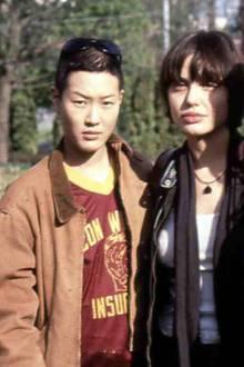 """Angelina Jolie und Jenny Shimizu  Bei den Dreharbeiten zu """"Foxfire"""" lernte Angelina Kollegin Jenny Shimizu kennen und ging eine Beziehung mit ihr ein. Seitdem steht sie offen zu ihrer Bisexualität."""