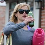 Nach dem Yoga ist für Reese Witherspoon grüner Saft sogar eine gesunde Erfrischung.