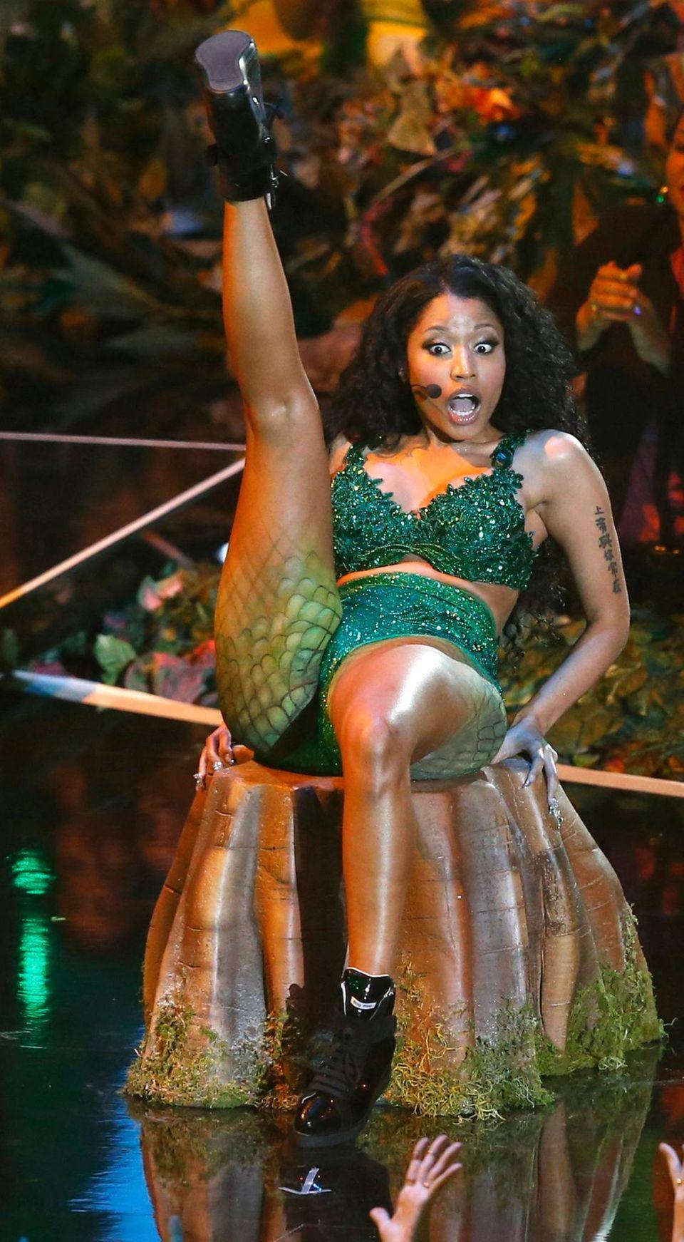 """Nicki Minaj performt den Song """"Anaconda"""". Bei den Proben gab es einen Vorfall: Die Würgeschlange, die in den Auftritt integriert ist, griff eine Tänzerin an, die nun im Krankenhaus liegt."""