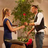 Die Bachelorette: Da ahnt er noch nicht, dass er auch die allerletzte Rose bekommt: Marvin freut sich schon zu Beginn über die Rose, die Anna ihm übergibt.