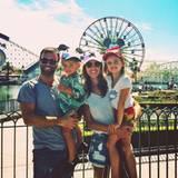 Mit ihrer Familie verbringt Alessandra einen schönen Tag im Disneyland.