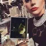 """Der etwas andere Fitness-Drink  Wenn Lady Gaga abnehmen möchte, heißt es erst einmal """"Ab an die Bar!"""". Danach geht es dann mit einer Flasche Whiskey - vorzugsweise einem irischen """"Jameson"""" auf die Yoga-Matte. So skurril Lady Gagas Looks sind, ist halt auch ihr Verständnis von einem gesunden Kampf mit den Kilos."""